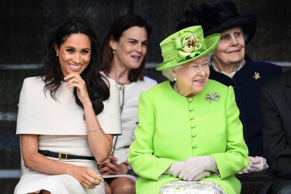 Meghan Markle și Regina Elisabeta, pe scaune, la evenimentul de celebrare al logodnei cu Prințul Harry