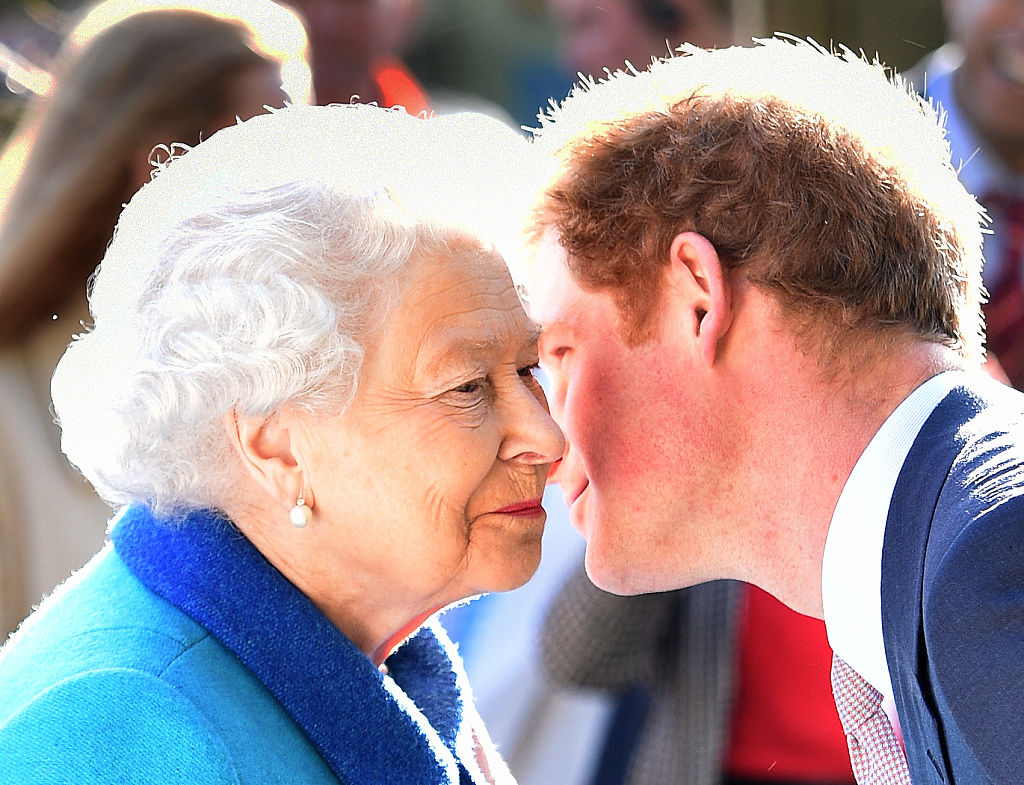 Regina Elisabeta, în timp ce discută cu Prințul Harry, în șoaptă, la evenimentul Chelsea Flower, în 2015