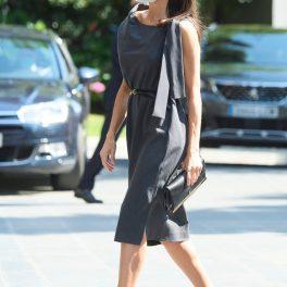 Regina Letizia, îmbrăcată într-o rochie midi, cu pantofi stiletto, elegantă, la un eveniment caritabil
