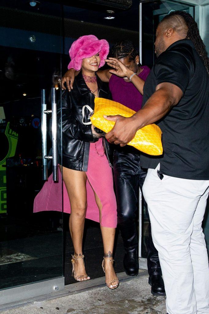 Rihanna și ASAP Rocky, în timp ce încearcă să se ascundă de fotografi în New York, în timpul unei întâlniri romantice