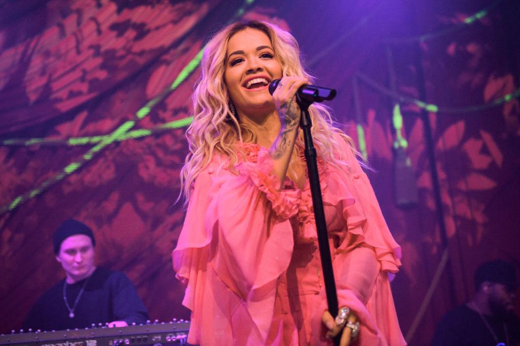 Rita Ora, pe scena Grammy Awards, într-o rochie roz, vaporoasă, în anul 2018