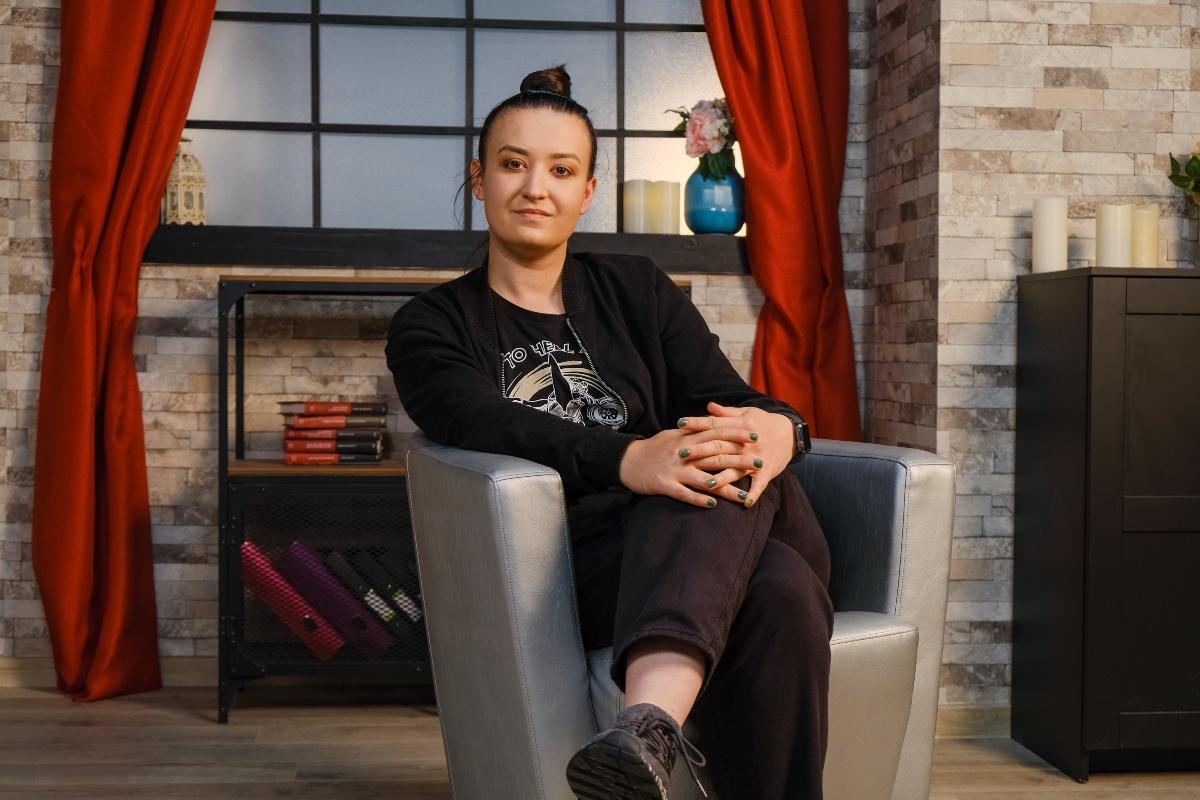 Roxana Blenche, picior peste picior, într-un fotoliu, la interviul pentru CaTine.ro