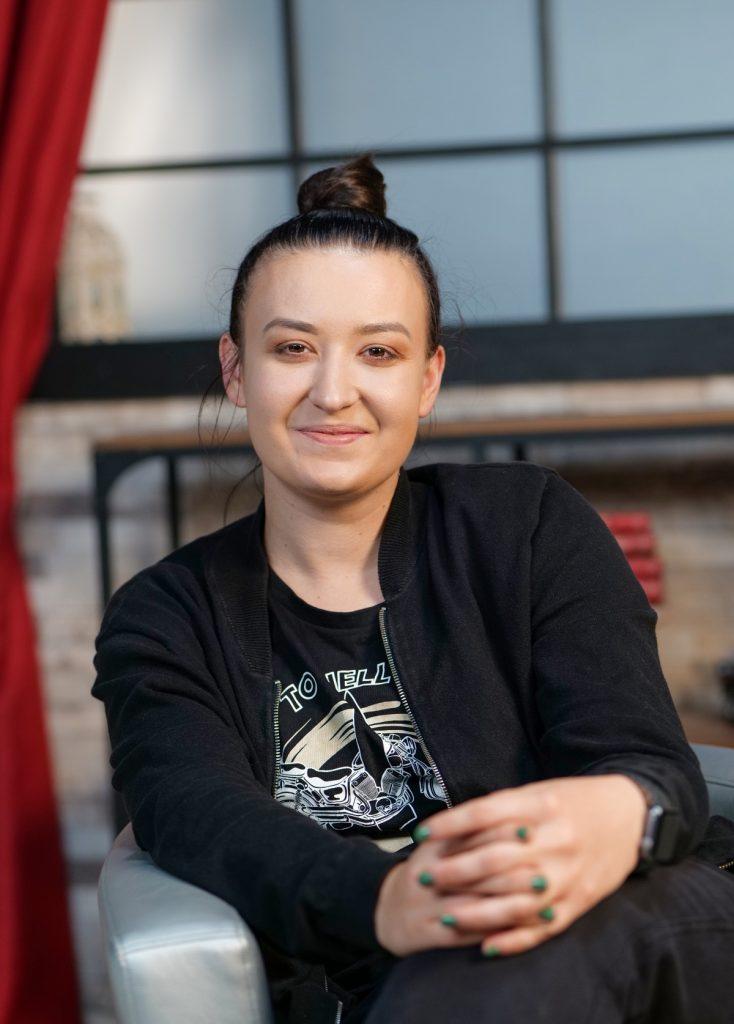 Roxana Blenche, zâmbitoare în fața camerelor, la interviul pentru CaTine.ro