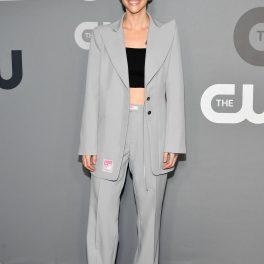 Ruby Rose, prezentă la evenenimentul Network Upfront, organizat în New York în 2016, îmbrăcată într-un costum gri de inspirație masculină.