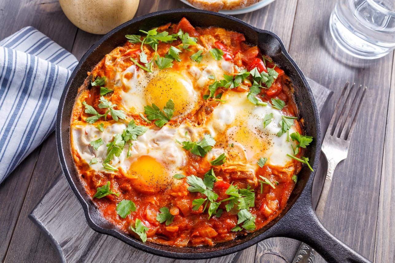 Tigaie cu trei porții de ouă în sos de roșii - shakshuka