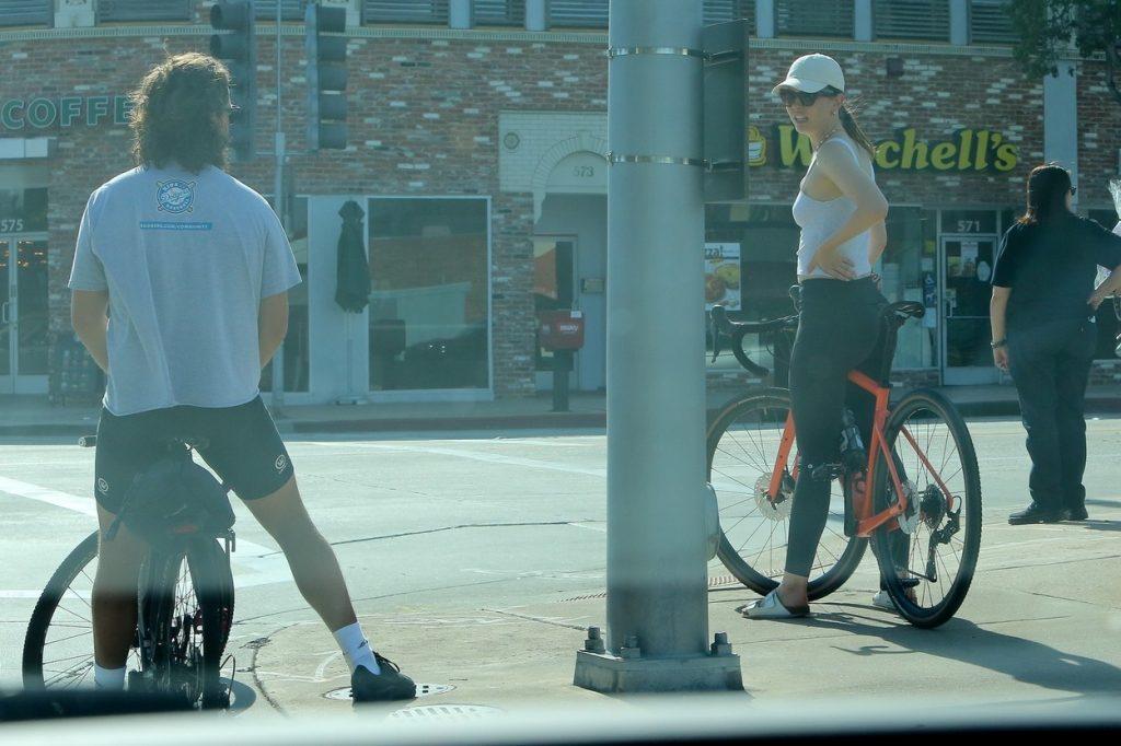 Shia LaBeouf și Mia Goth, din nou împreună, fotografiați la plimbare, în haine lejere