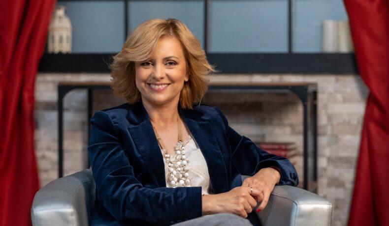 Simona Gherghe, îmbrăcată elegant, într-un sacou albastru, din catifea, zâmbitoare la interviul pentru CaTine.ro