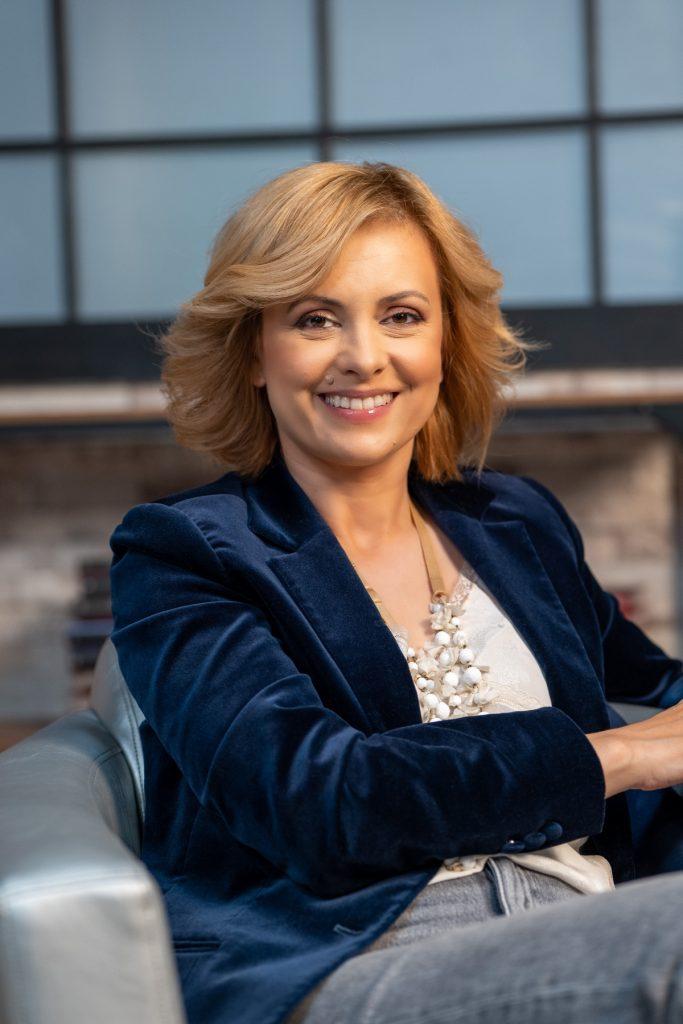 Simona Gherghe, cu zâmbetul pe buze, calmă și relaxată, la interviul pentru CaTine.ro