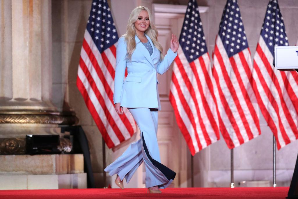 Tiffany Trump, îmbrăcată într-un costum elegant, albastru, la o conferință a Partidului Republican, în 2020