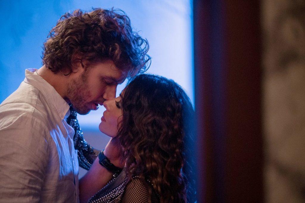 Adam într-o cămașă albă în timp ce încearcă să o sărute pe Sarah într-o scenă din serialul Sex Life