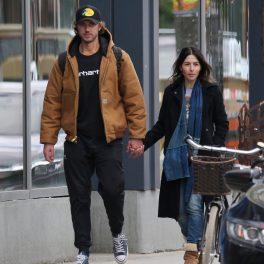 Actorul din serialul Sex/Life, Adam Demos într-o ținută casual în timp ce o ține de mînă pe iubita sa Sarah Shahi la o plimbare pe stradă