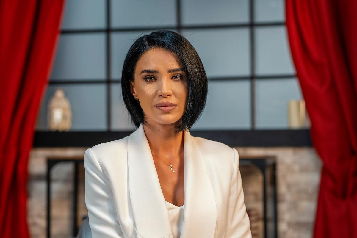 Vedena Adelina Pestrițu în timp ce privește camera de fotografiat pentru interviul acordat pentru CaTine.ro