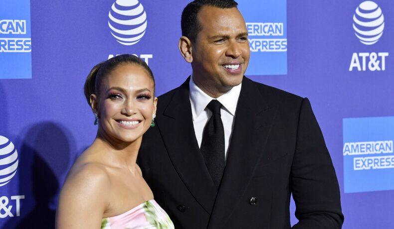 Jennifer Lopez zâmbind la cameră cu părul prins într-un coc alături de fostul său logodnic, Alex Rodriguez pe covorul roșu la Annual Palm Springs International Film Festival în 2020