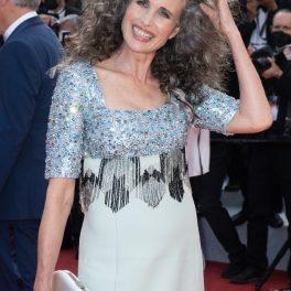 Andie MacDowell a ajuns la premiera filmului Annette pe covorul roșu purtând una dintre cele mai frumoase ținute