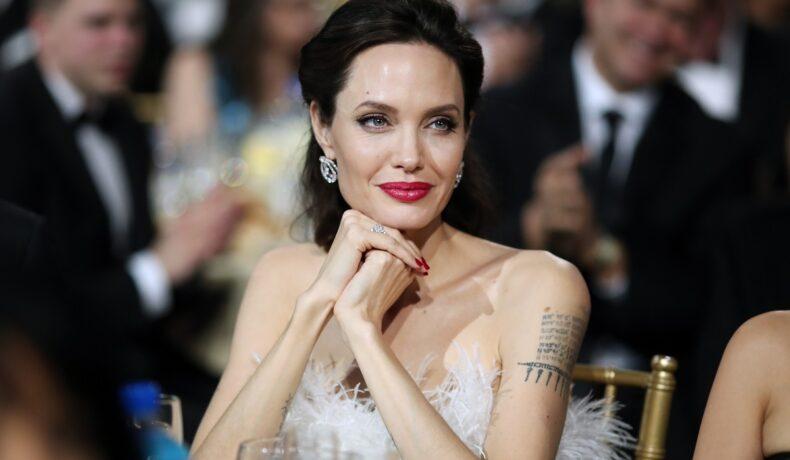 Angelina Jolie a participat la cea de-a 23-a ediție Annual Critics' Choice Awards, în 2018. Vedeta a optat pentru o rochie argintie, cu pene în jurul bustului și un ruj roșu, ce a atras atenția tuturor