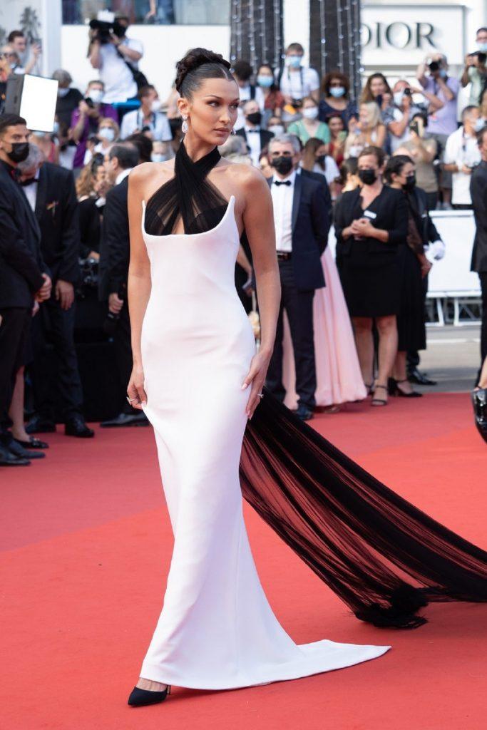 Modelul Bella Hadid pe covorul roșu purtând una dintre cele mai frumoase ținute de la Festivalul de Film de la Cannes, o rochie albă cu trenă neagră