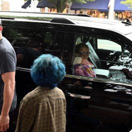 Ben Affleck în timp ce o privește pe Emme și pe prietena sa pentru a le conduce la mașina unde se află Jennifer Lopez
