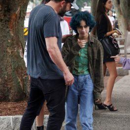 Ben Affleck îmbrăcat casual în blugi și tricou gri alături de fiica lui Jennifer Lopez, Emme care poartă un tricou verde și are părul albastru, după ce au mers împreună la o librărie din New York