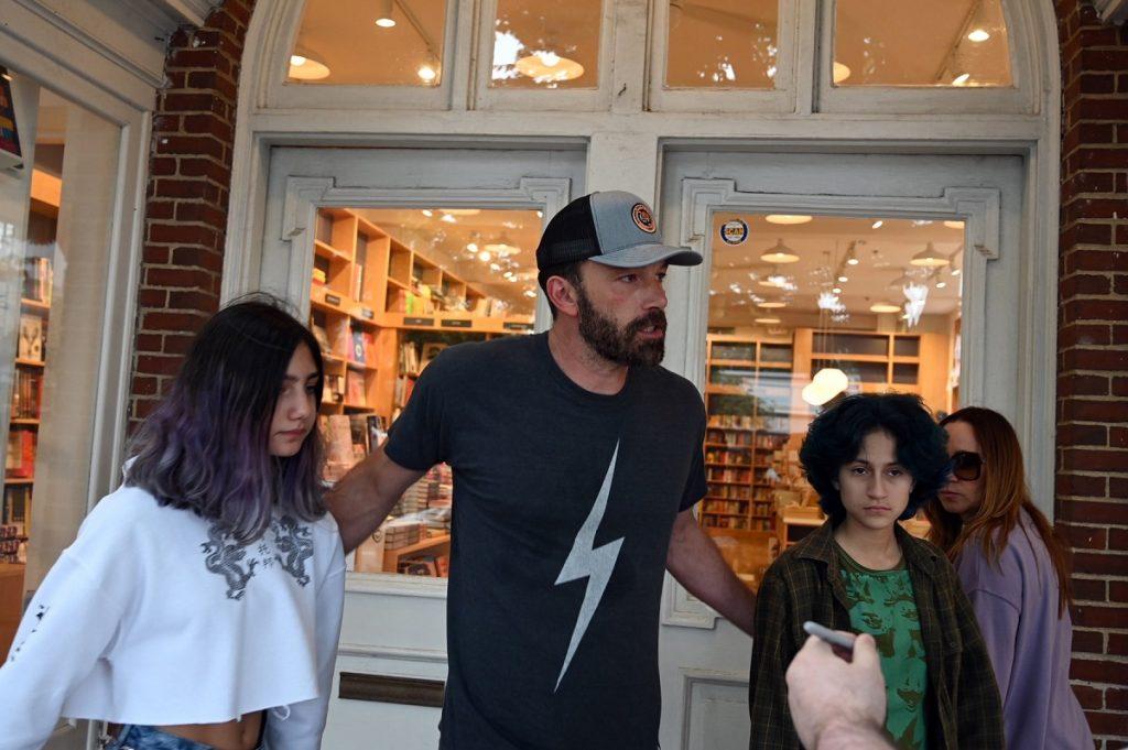 Ben Affleck este un tată protector și o însoțește pe fiica lui Jennifer Lopez, Emme și pe prietena acesteia, la o librărie din Hamptons