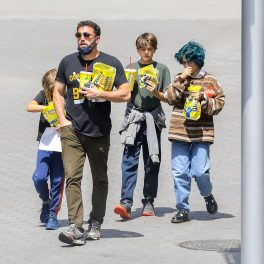 Ben Affleck la Universal CityWalk alături de doi dintre copii săi, Seraphine și Samuel și de fiica lui Jennifer Lopez, Emme