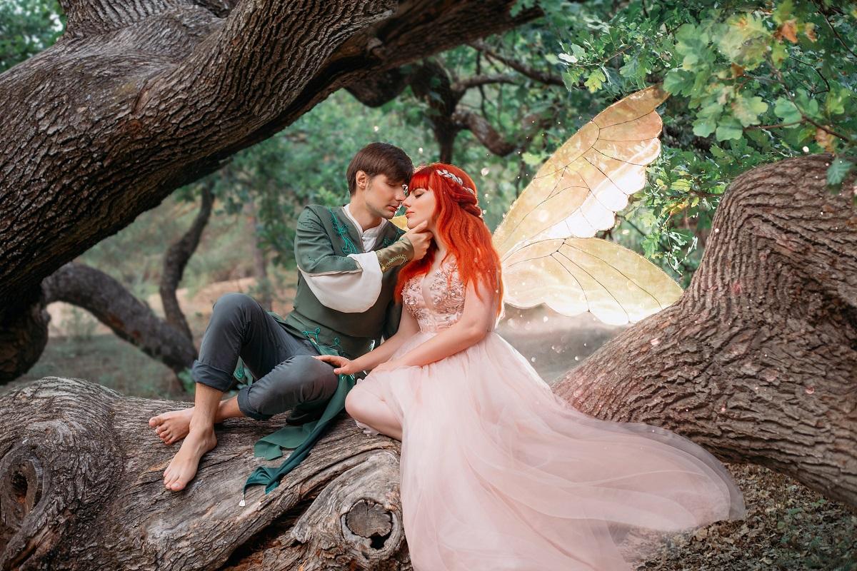 Un cadru feeric din pădure în care este surprins un bărbat în timp ce ăși privește iubita îmbrăcată în zână care este una dintre cele mai atrăgătoare femei ale zodiacului