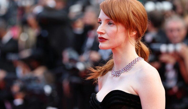 Portret al actriței Jessica Chastain în timp ce privește camerele de fotografiat la deschiderea FEstivalului de Film de la Cannes
