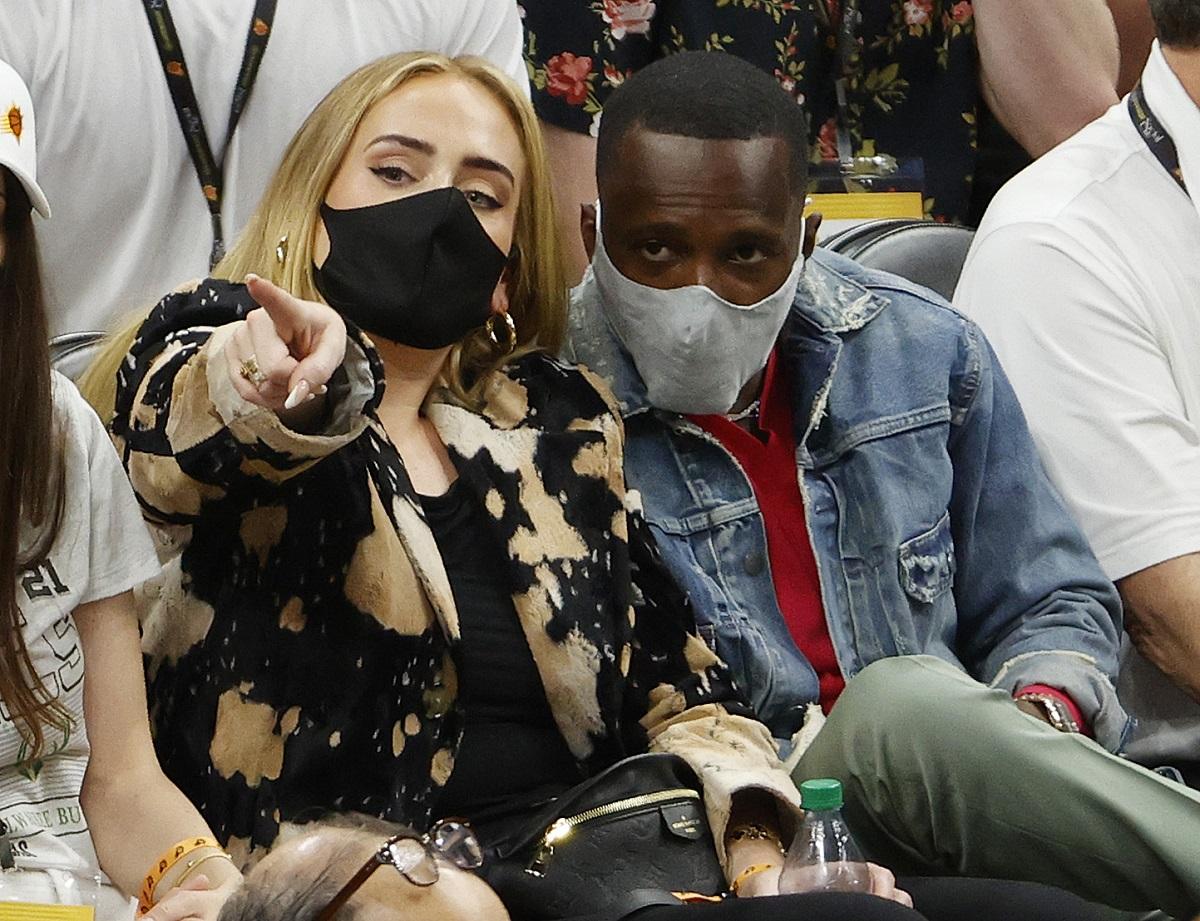 Noul iubit al lui Adele, Rich Paul într-o geacă de blugi în timp ce o ține pe artistă în brațe la un meci de baschet din cadrul NBA