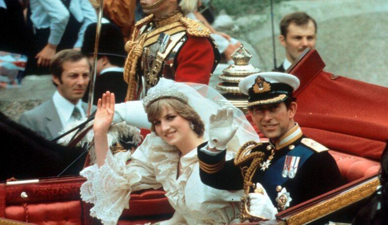 Prințesa Diana în rochie de mireasă alături de Prințul Charles într-o trăsură în timp ce face cu mâna publicului la plecarea de la nunta sa, imagine ce va apărea și în documentarul Prințesei Diana
