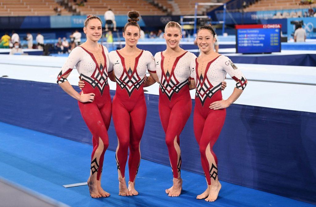 Echipa de gimnaste a Germaniei la Jocurile Olimpice de la Tokyo din 2021 purtând costume întregi cu alb și roșu, de la stânga la dreapta fiind Sarah Voss, Pauline Schäfer, Elizabeth Seitz și Kim Bui