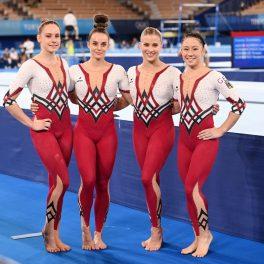 Echipa de gimnaste a Germaniei la Jocurile Olimpice de la Tokyo din 2020 purtând costume întregi cu alb și roșu, de la stânga la dreapta fiind Sarah Voss, Pauline Schäfer, Elizabeth Seitz și Kim Bui