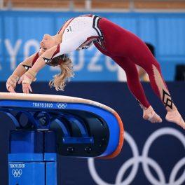 Gimnasta Elisabeth Seitz în timp ce execută o săritură la trambulină pe spate la Jocurile Olimpice de la Tokyo 2020