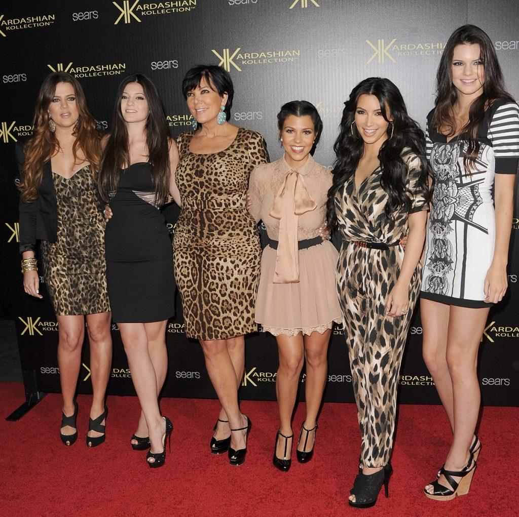 Fotografie de familie cu surorile Kardashian, Khloe Kardashian, Kylie Jenner, Kris Jenner, Kourtney Kardashian, Kim Kardashian și Kendall Jenner la lansarea proprie colecții de haine din 2011