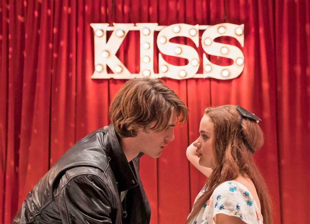 Actorii Joey King și Jacob Elordi într-una din scenele filmului The Kissing Booth, în timp ce se privesc intens în ochi după ce s-au sărutat