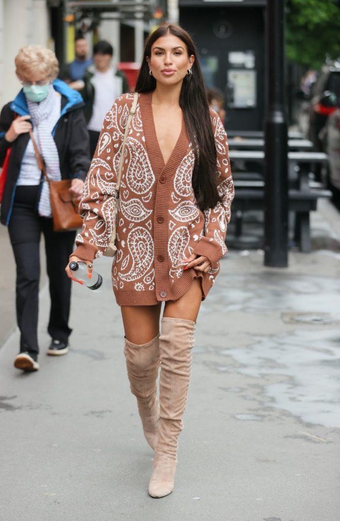 Modelul Emily Miller a purtat o ținută excentrică pe străzile din Londra și a fost fotografiată intens de către cameramani