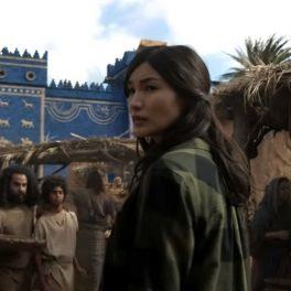 Actrița Gemma Chan într-una din scenele filmului Eternals în timp ce se află într-o piață marocană din trecut