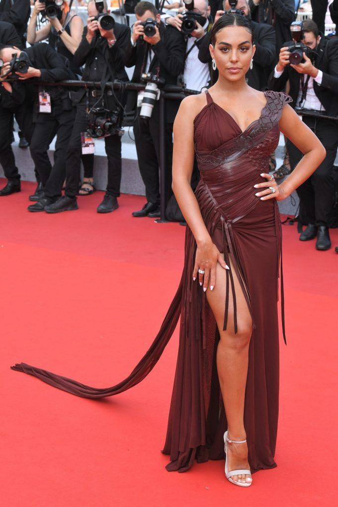 Georgina Rodriguez s-a făcut remarcată la festivalul de film de la Cannes unde a purtat o rochie ciocolatie în stil gladiator