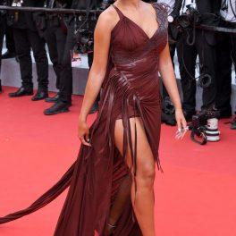 Georgina Rodriguez într-o rochie ciocolatie inspirată din perioada romană în timp ce pășește pe covorul roșu la Festivalul de Film de la Cannes din 2021