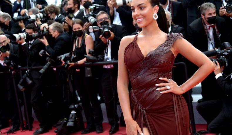 Georgina Rodriguez pe covorul roșu într-o rochie ciocolatie în stil gladiator în timp ce este fotografiată la Festivalul de Film de la Cannes din 2021