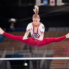Elisabeth Seitz într-un costum roșu cu alb în timp ce execută o săritură cu picioarele în șăagat la Jocurile Olimpice de la Tokyo din 2020