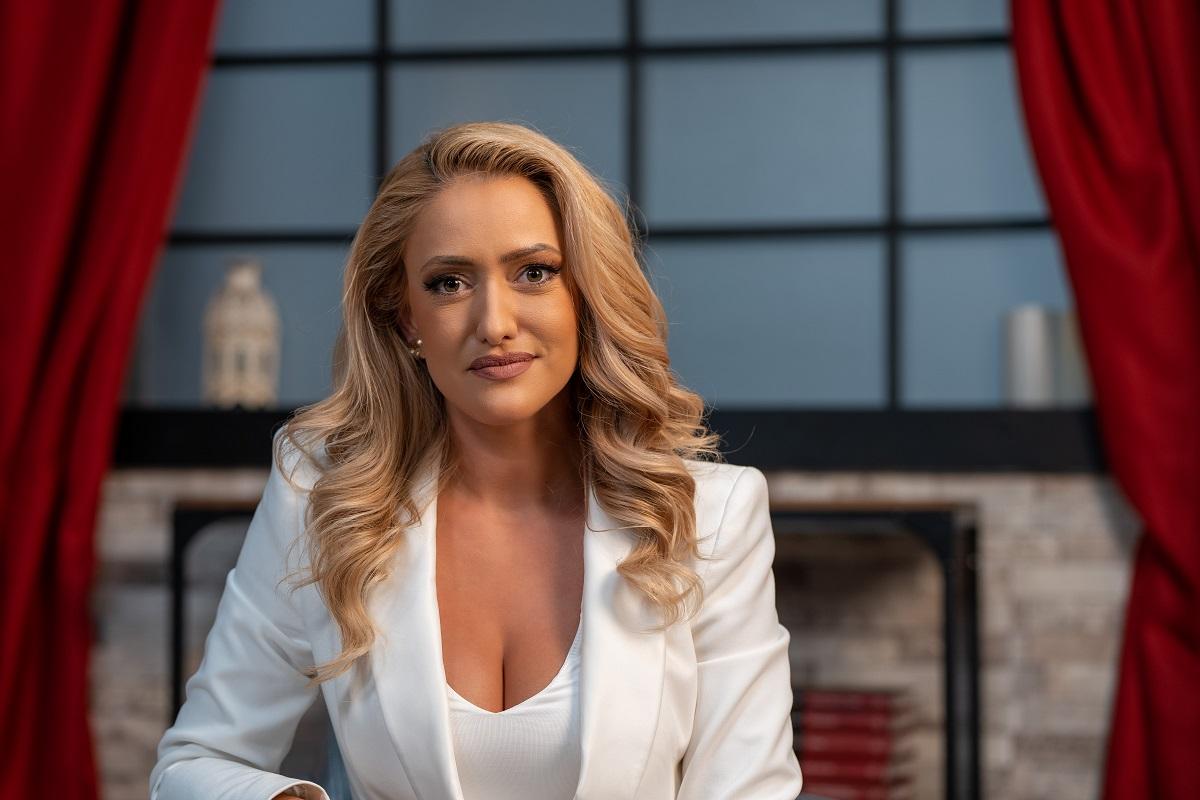 Prezentatoarea de știri de matinal Iuliana Pepene în timp ce zâmbește pentru camera de fotografiat la interviul oferit pentru CaTine.ro
