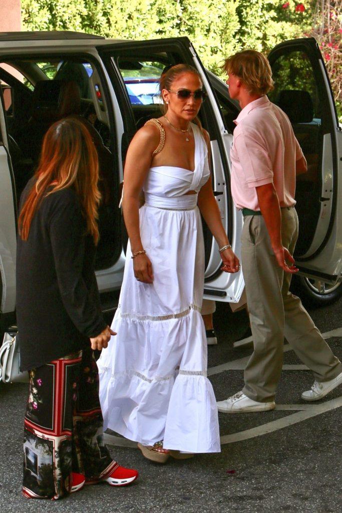 Jennifer Lopez într-o rochie maxi albă cu ajutorul căreia a atras privirile tuturor în Santa Monica