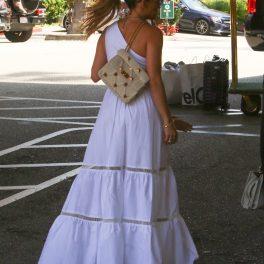 Artista Jennifer Lopez fotografiată cu spatele în timp ce se află în Santa Monica și merge să ia cina cu gemenii săi Max și Emme