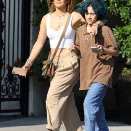 Jennifer Lopez în timp ce o ține după umăr pe fiica sa, Emme, pe străzile din Los Angeles