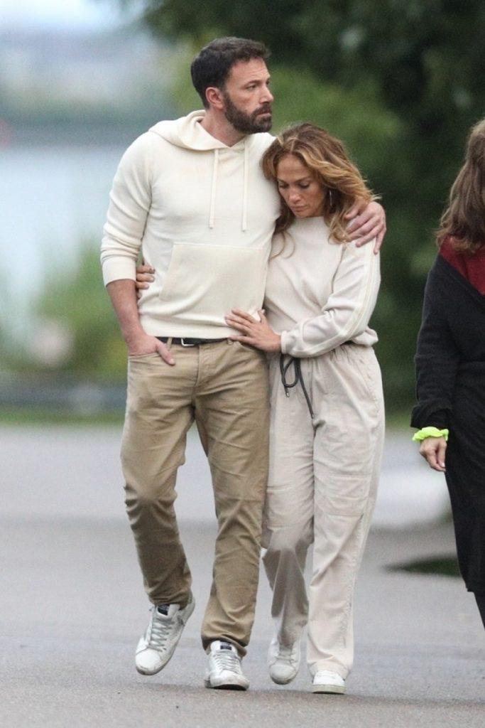 Jennifer Lopez într-o ținută lejeră alături de Ben Affleck în timp ce se plimbă îmbrățișați pe străzile din Hamptons