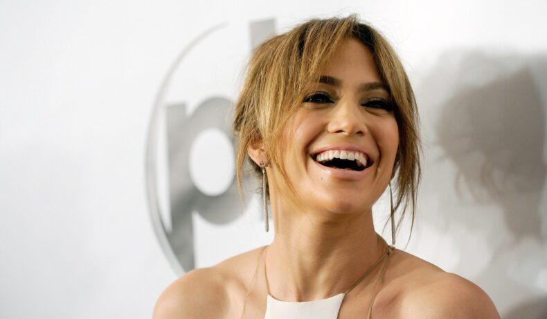 Jennifer Lopez zâmbind și fiind fericită după ce face primele declarații despre relația cu Ben Affleck