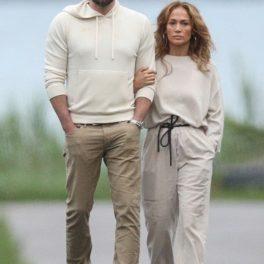 Jennifer Lopez la braț cu Ben Affleck în timp ce se plimbă pe o stradă a unui cartier din New York