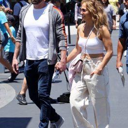 Jennifer Lopez în timp ce îl ține de mână pe iubitul său Ben Affleck după ce și-au dus copiii la parcul de distracții Universal Studios