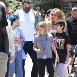 Ben Affleck alături de Jennifer Lopez și cei trei copiii ai lor din fostele căsnicii în timp ce merg în vizită în parcul de distracții de la Universal Studios