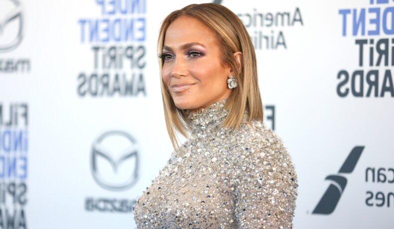 Portret al artistei Jennifer Lopez care poartă o bluză sclipitoare cu paiete la o apariție pe covorul roșu din 2020