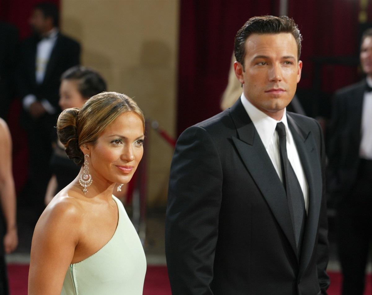 Jennifer Lopez într-o rochie albă în timp ce se află langa Ben Affleck la costum pe covorul roșu dovadă a faptului că sunt tot mai apropiați unul de celălalt